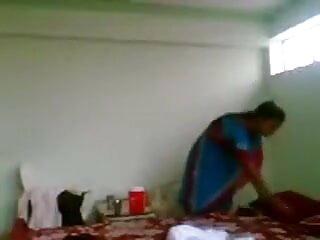 उसका बेटा निकल जाता है और हिंदी फिल्म सेक्सी एचडी में वह अपनी GF की चूत चाटती है